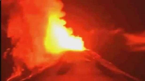 Volcán Villarrica entra en erupción