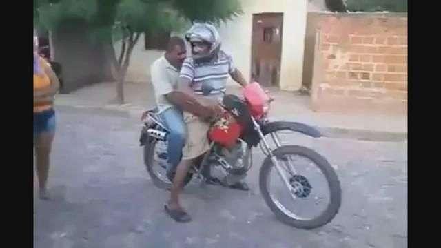 Inexperto motociclista sufre chascarro junto a su amigo
