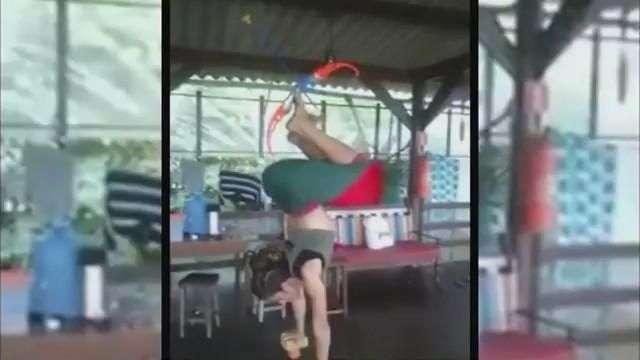 Increíble flexibilidad y habilidad de mujer con el arco