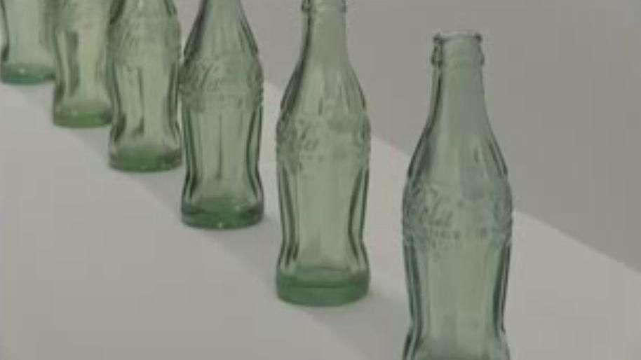 Emblemática botella de Coca-Cola cumple 100 años