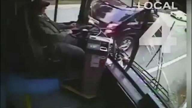 Terrible: Conductor de autobús se distrae y arrasa con todo