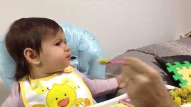 Conoce el curioso truco para que un bebé coma