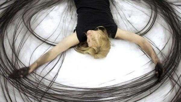 Furor en la web por bailarina que pinta con las extremidades