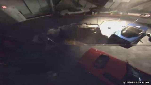Momento en el que la tierra se abre y traga varios vehículos de un museo de Corvettes