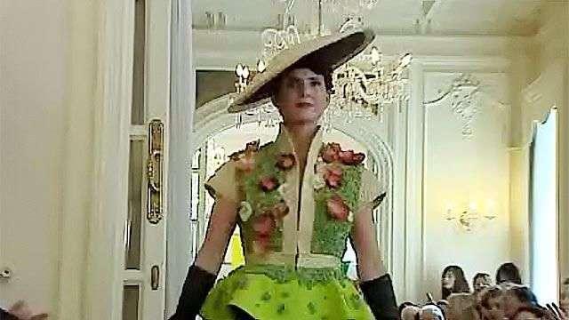 Realizan un desfile de moda con vestidos hechos de vegetales