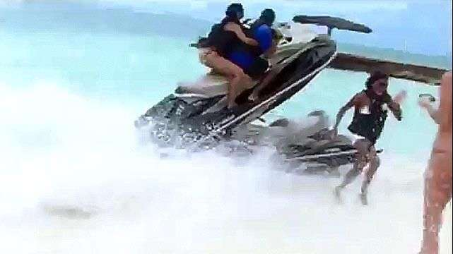 Se salva por poco de ser impactada por un jet ski