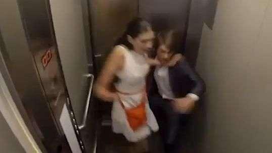 Casi mueren de un ataque al corazón en broma del ascensor