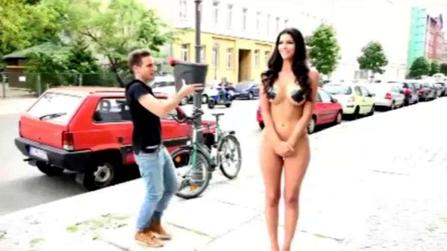 Modelo alemana se desnuda para pagar el reto del 'Ice Bucket Challenge'