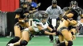 ¡Mujeres calientes! Pelea con poca ropa durante un partido