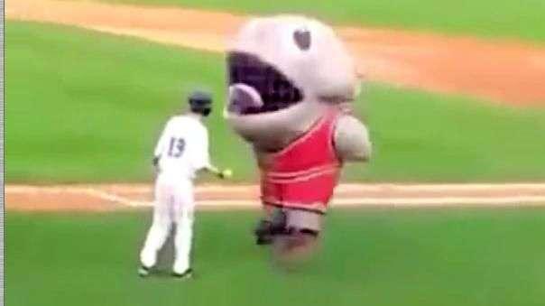 La mascota de un equipo de béisbol 'se traga' a un jugador rival