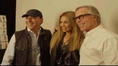 Thalía y Tommy Mottola en el desfile de Tommy Hilfiger en la NYFW