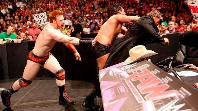 RAW: Sheamus enseña a Damien Sandow cómo recibe un doble