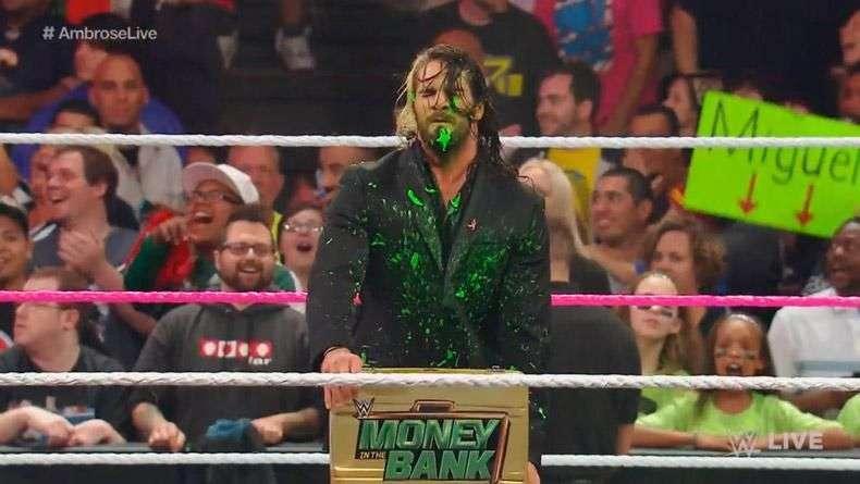 RAW: Ambrose devuelve el maletín a Rollins... a su manera
