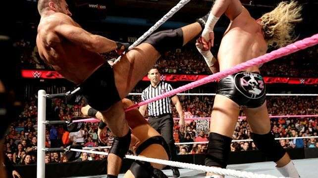 RAW: Ziggler tira de estrategia para escapar vivo de una Triple Amenaza