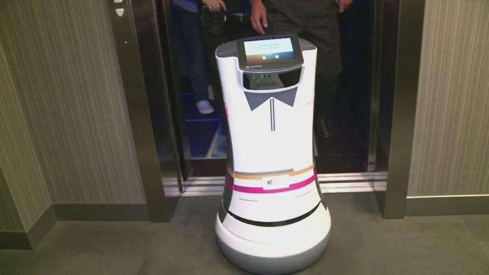 Un hotel tiene a un robot como mayordomo