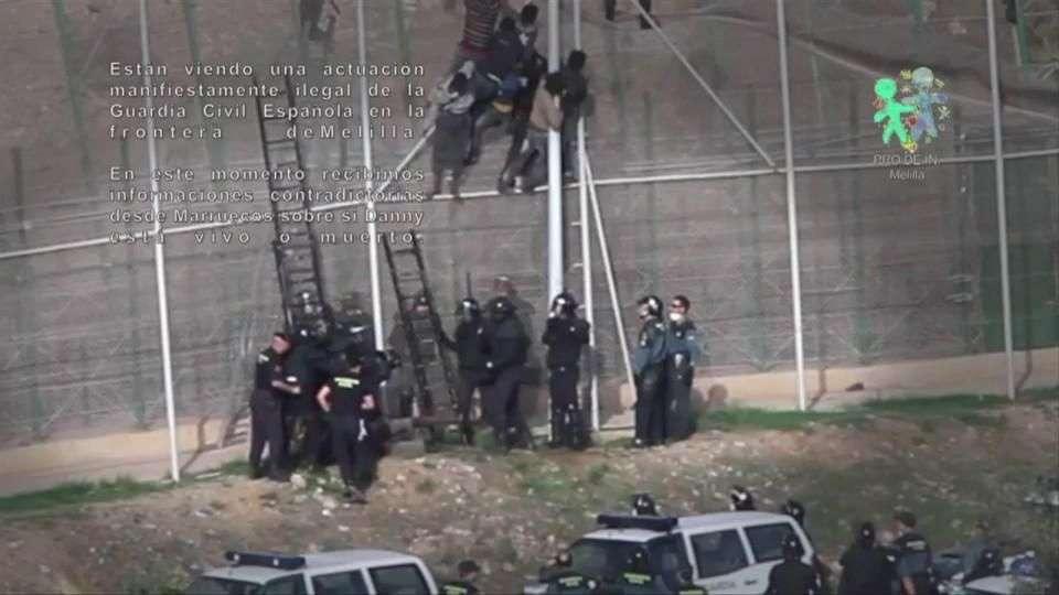 Policía apalea y expulsa de España a un migrante