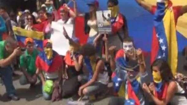 Chavistas y opositores exigen paz en una Venezuela dividida