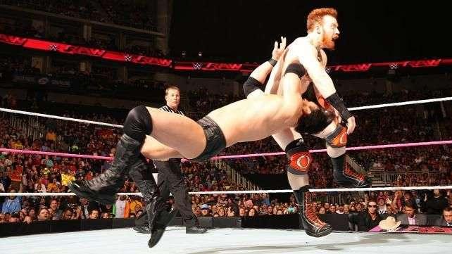 RAW: Sheamus no fue suficiente y entre Mizdow y los suyos le tumbaron