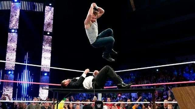 SmackDown: Ambrose arrasa a los guardaespaldas de Seth Rollins