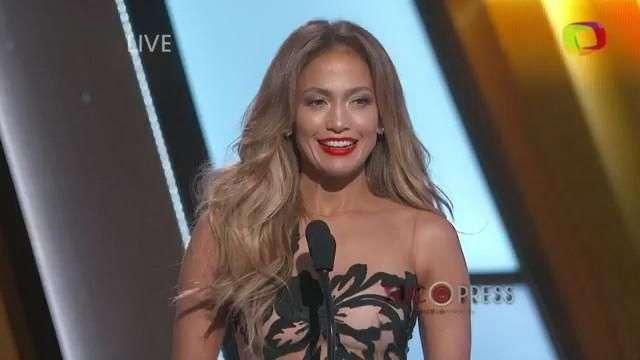Jennifer Lopez se ríe de su error en entrega de premios