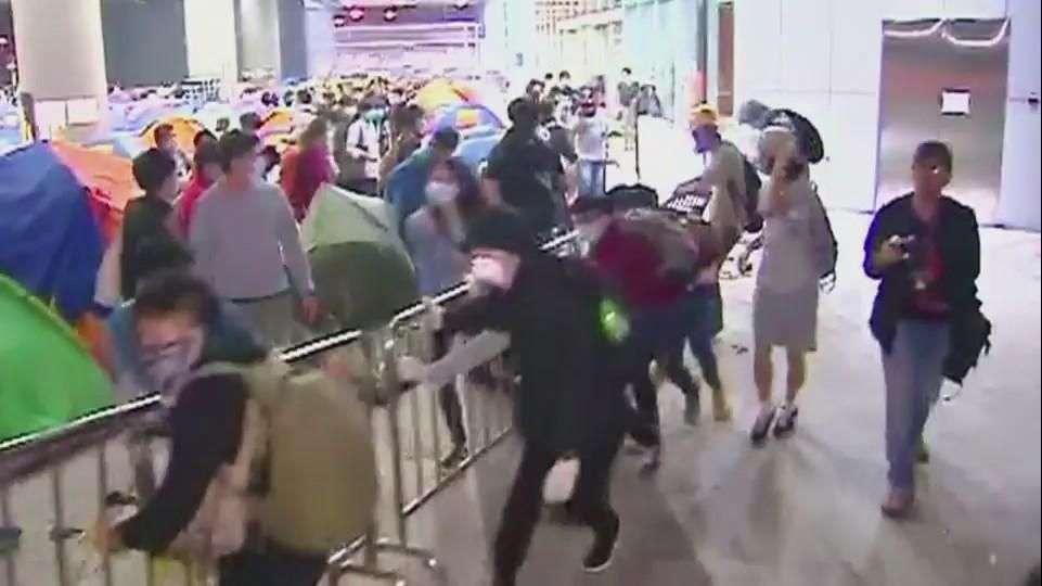 Hong Kong: manifestantes chocan con policía