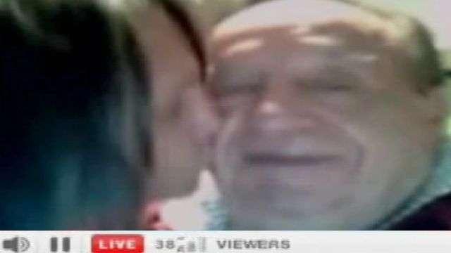 Chespirito canta y Doña Florinda casi lo devora a besos por twitcam