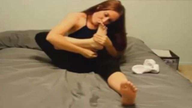 Esta mujer le hace el amor a su pies