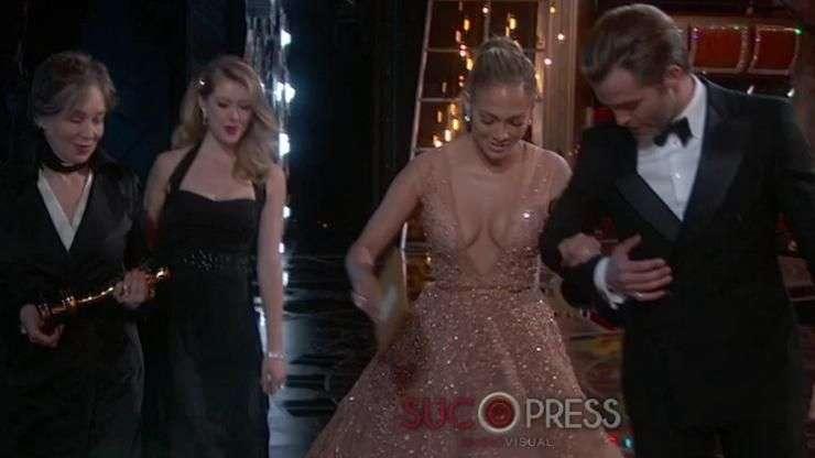 El tropezón de Jennifer López en los Oscar