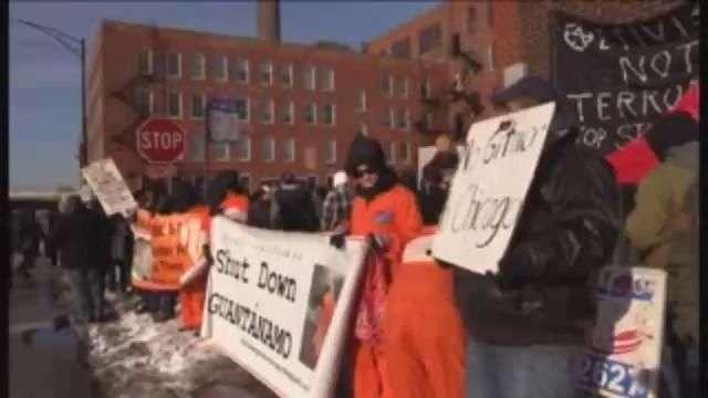 Piden investigar abusos policiales en centro de detención en Chicago