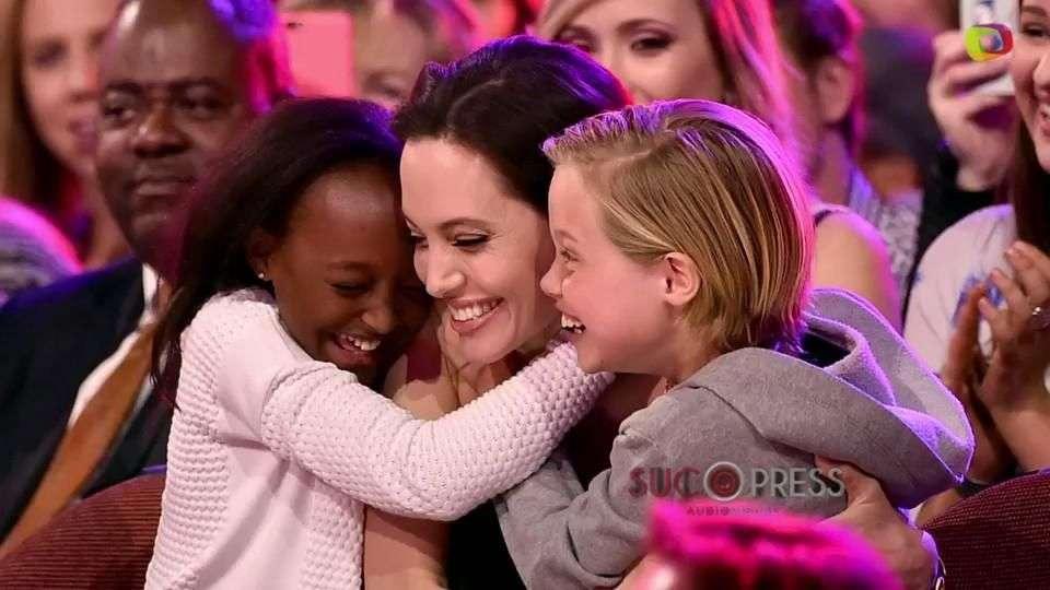 Angelina Jolie reaparece con sus hijas en un discurso conmovedor