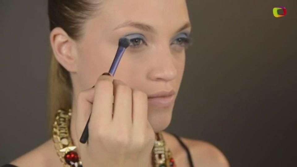 Cómo maquillarte los ojos con un hermoso azul profundo