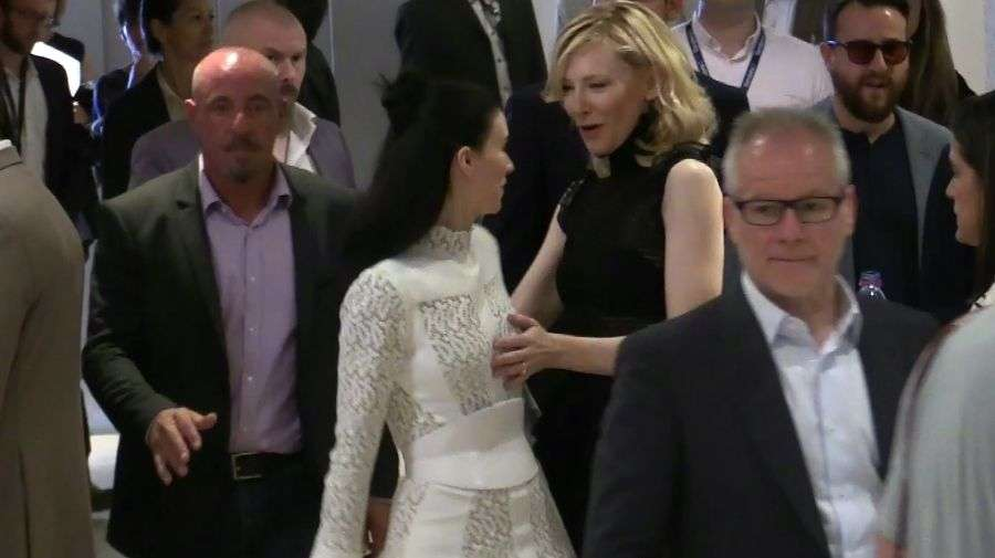 Cate Blanchett acaricia el seno de Rooney Mara frente a fans