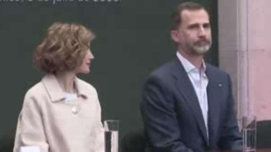 Reyes de España se despiden emocionados de México