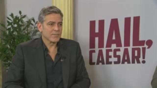 Clooney se reúne con Merkel y elogia su política de refugiados
