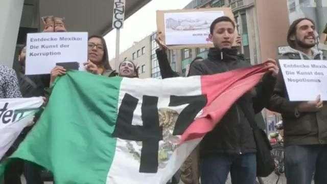 Protesta en Berlín por los 43 desaparecidos mexicanos, durante la visita de Peña Nieto