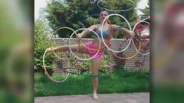 Mujer con Hula Hula muestra sus grandes habilidades