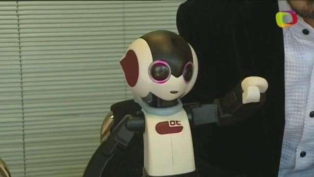 Sale a la venta RoBoHon, el primer móvil robótico del mundo, en Japón