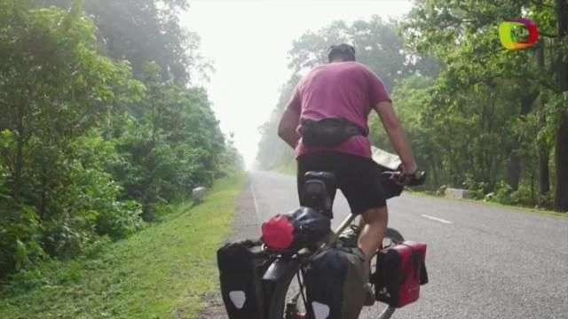 El español que cambió la camilla del hospital por la bicicleta