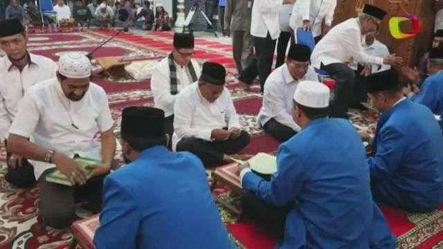 Una región de Indonesia exige a los candidatos electorales saber leer el Corán