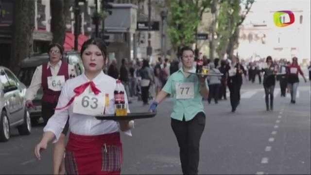 Cientos participan en la carrera de camareros de Buenos Aires