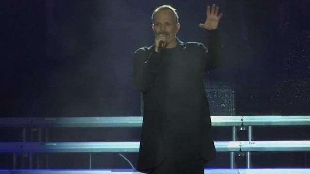 Bosé homenajea a sus fans en un concierto gratuito en México