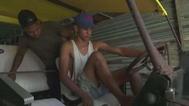 Jóvenes cubanos construyen un Ford que avanza con pedales