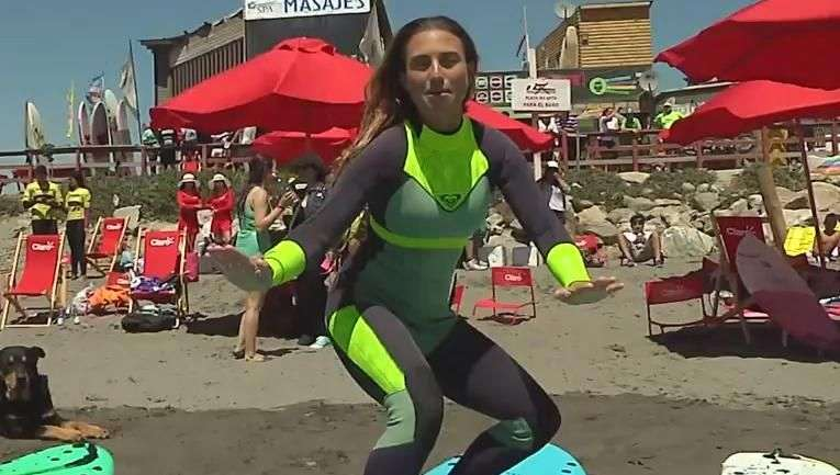 Claro Chile organizó una entretenida clase de surf para la prensa.