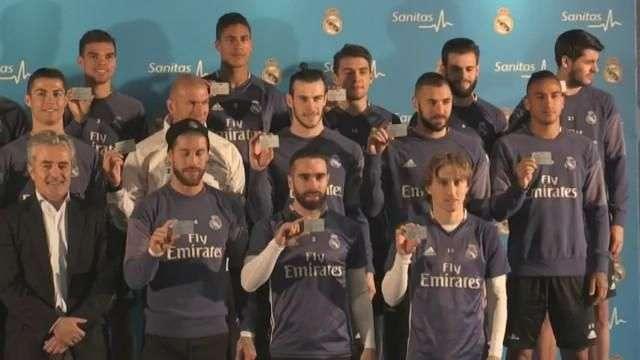 Los jugadores del Real Madrid reciben sus tarjetas sanitarias