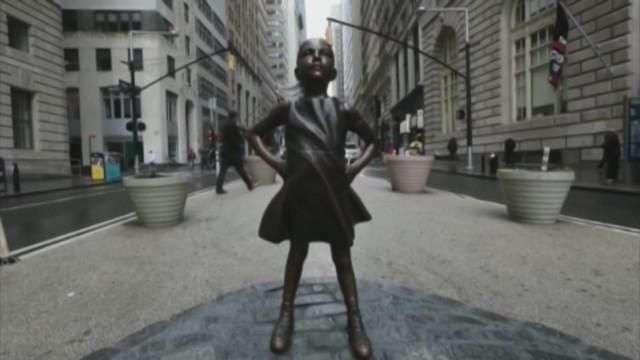 La figura de una niña desafiante recuerda a Wall Street el papel de la mujer