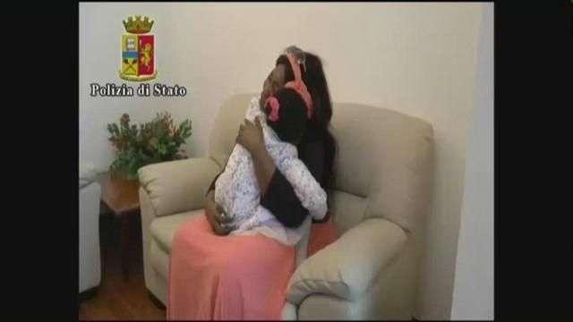 La pequeña Oumoh abraza a su madre 5 meses después de llegar sola a Lampedusa