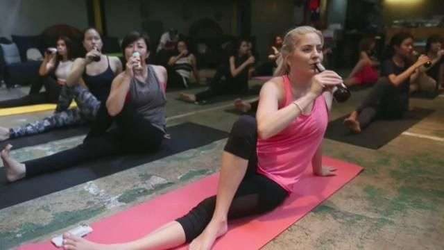 La clase de yoga en Bangkok que combina los estiramientos con la cerveza