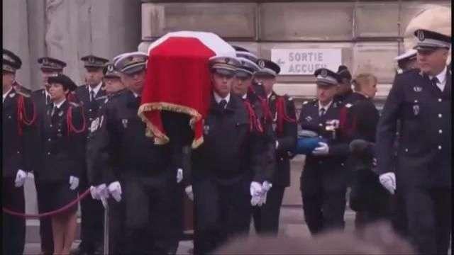 Francia rinde homenaje al policía asesinado en los Campos Elíseos