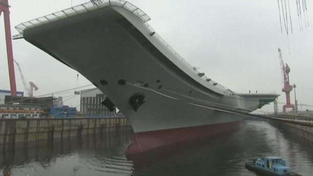 China lanza su segundo portaaviones en el astillero de Dalian