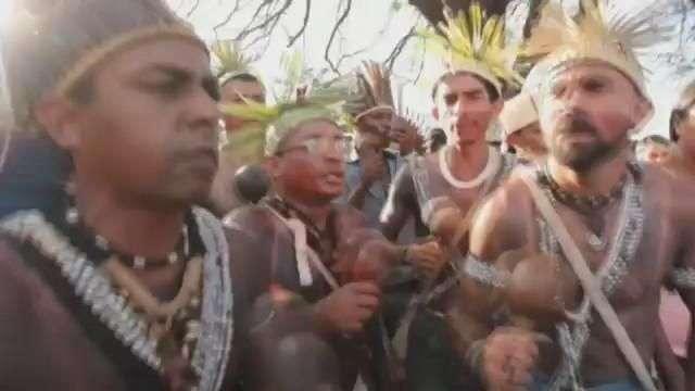 Miles de indios vuelven a marchar por sus tierras en Brasilia